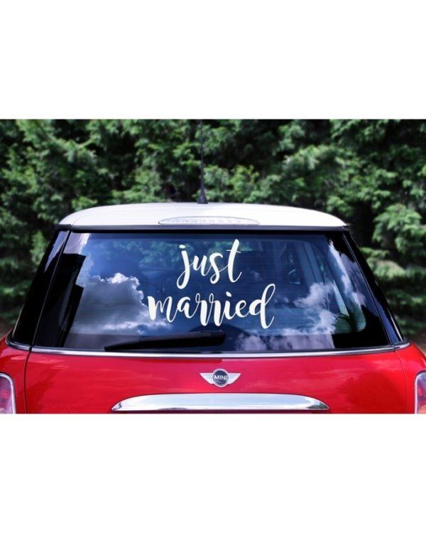 Just married tarra hääautoon